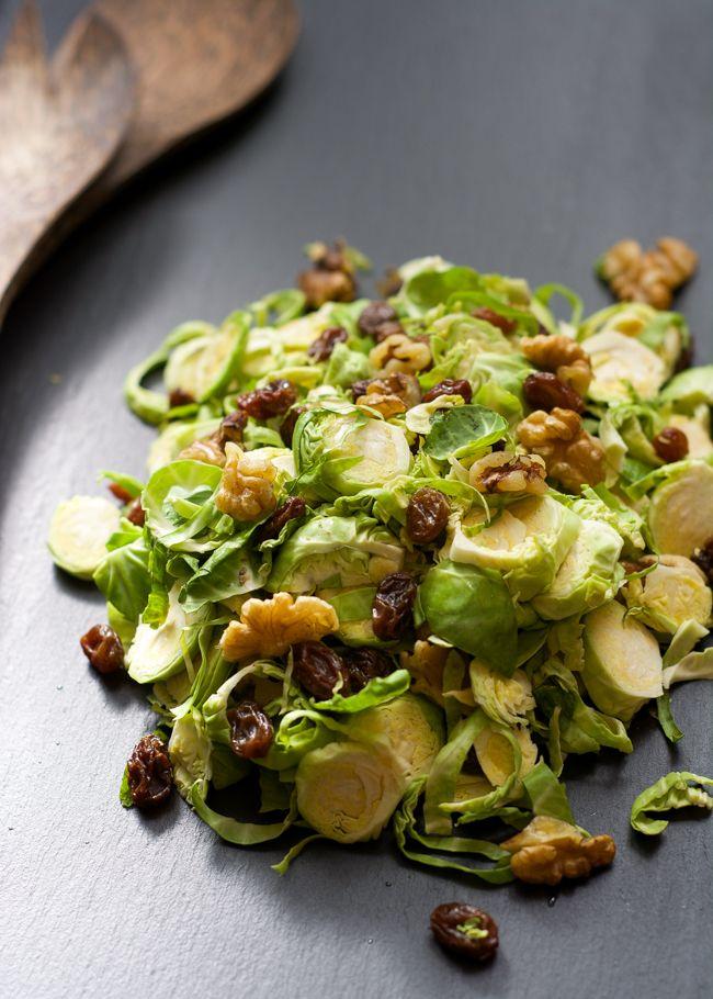 Bruxelles délicatement rasé poussent salade dans un simple Dijon vinaigrette d'érable, avec bacon croustillant et les raisins secs sucrés!