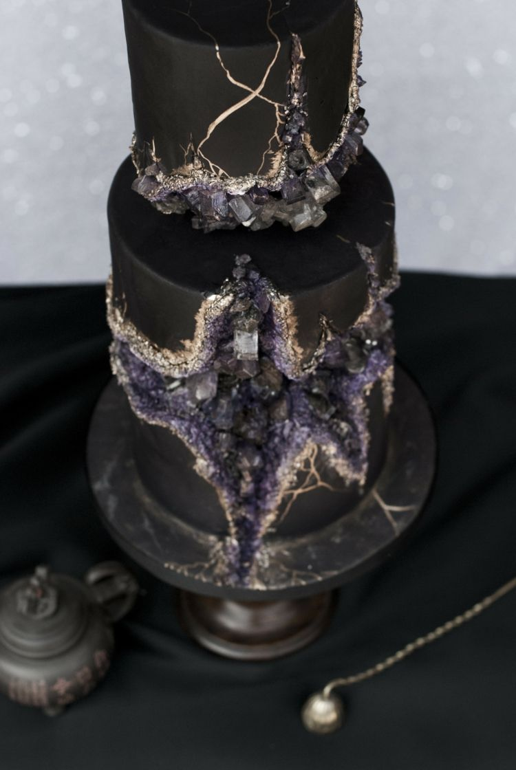 Extravagante Kristall Torte Fur Mutige Brautpaare In Schwarz Gold Und Lila Schone Torten Kuchen Ausgefallene Schone Kuchen