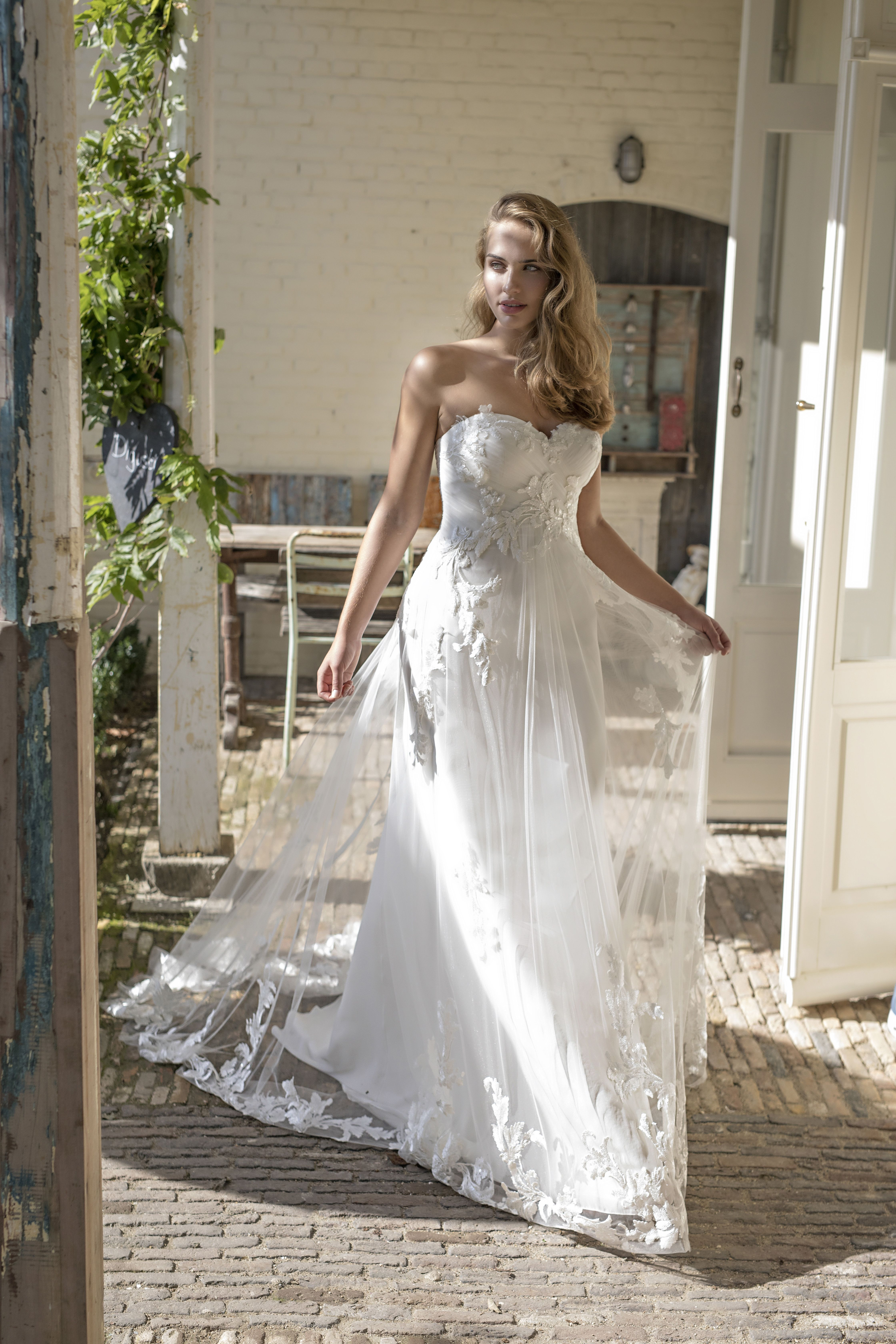 Schulterfreies Brautkleid mit Überrock aus transparenter Spitze