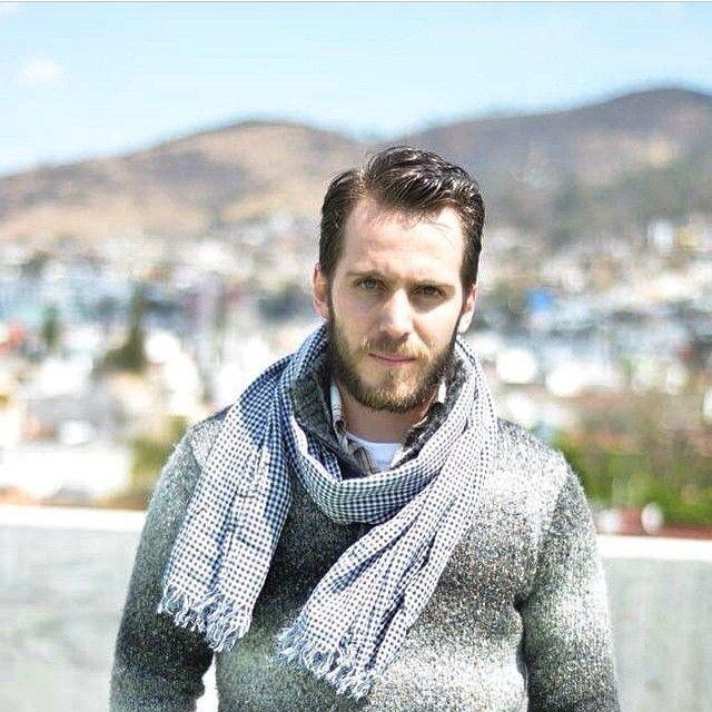 El blogger @leovsleonel arma un conjunto a base de tonos claros y en discretos layers con un sweater de tonos gris y blanco en degradé, camisa a cuadros, t-shirt blanca y foulard a cuadros en azul con blanco. Perfecto para días con cambios inesperados de clima #itboy