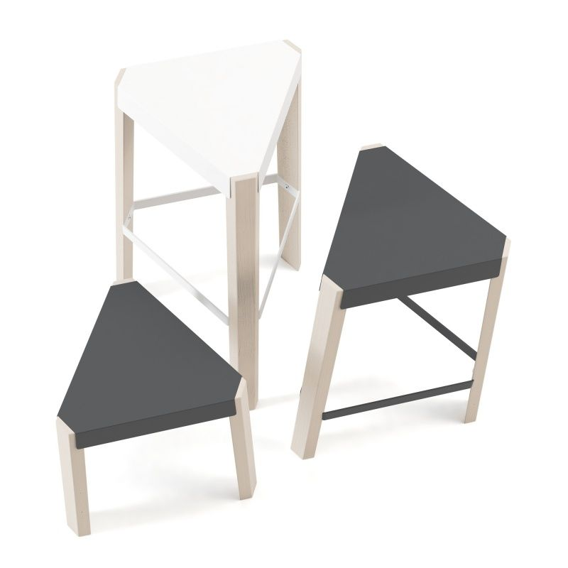 tabouret bas triangulaire en m tal et bois podio. Black Bedroom Furniture Sets. Home Design Ideas