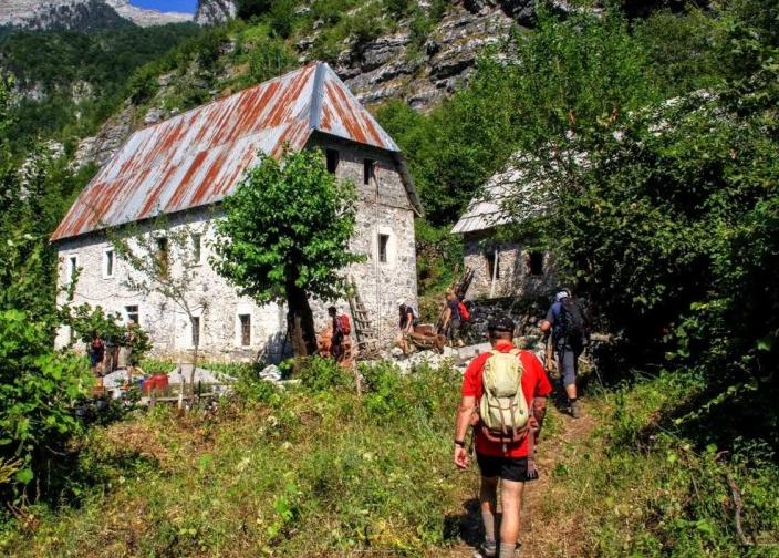 Für Ihren Tages-Rucksack bekommen Sie an den Wandertagen ein leckeres Lunch-Paket mit auf den Weg. Abends erwarten Sie Ihre Gastgeber mit typisch albanischen Gerichten.