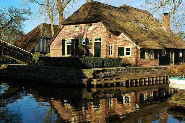 Giethoorn Holland The Village Without Roads Only Canals And Bike - Where is the netherlands located