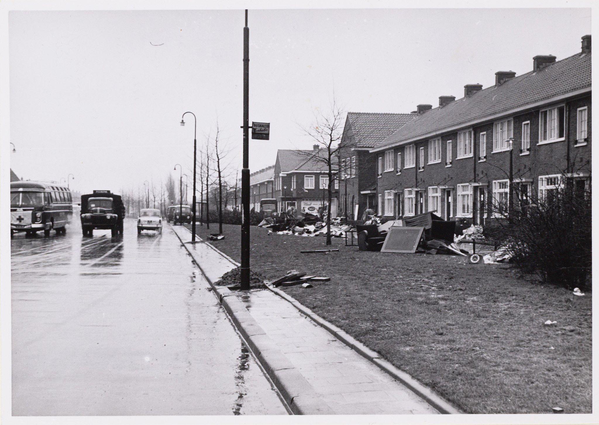 Tuindorp-Oostzaan. Meteorenweg, als mensen na de watersnood weer naar hun woning terug keren.