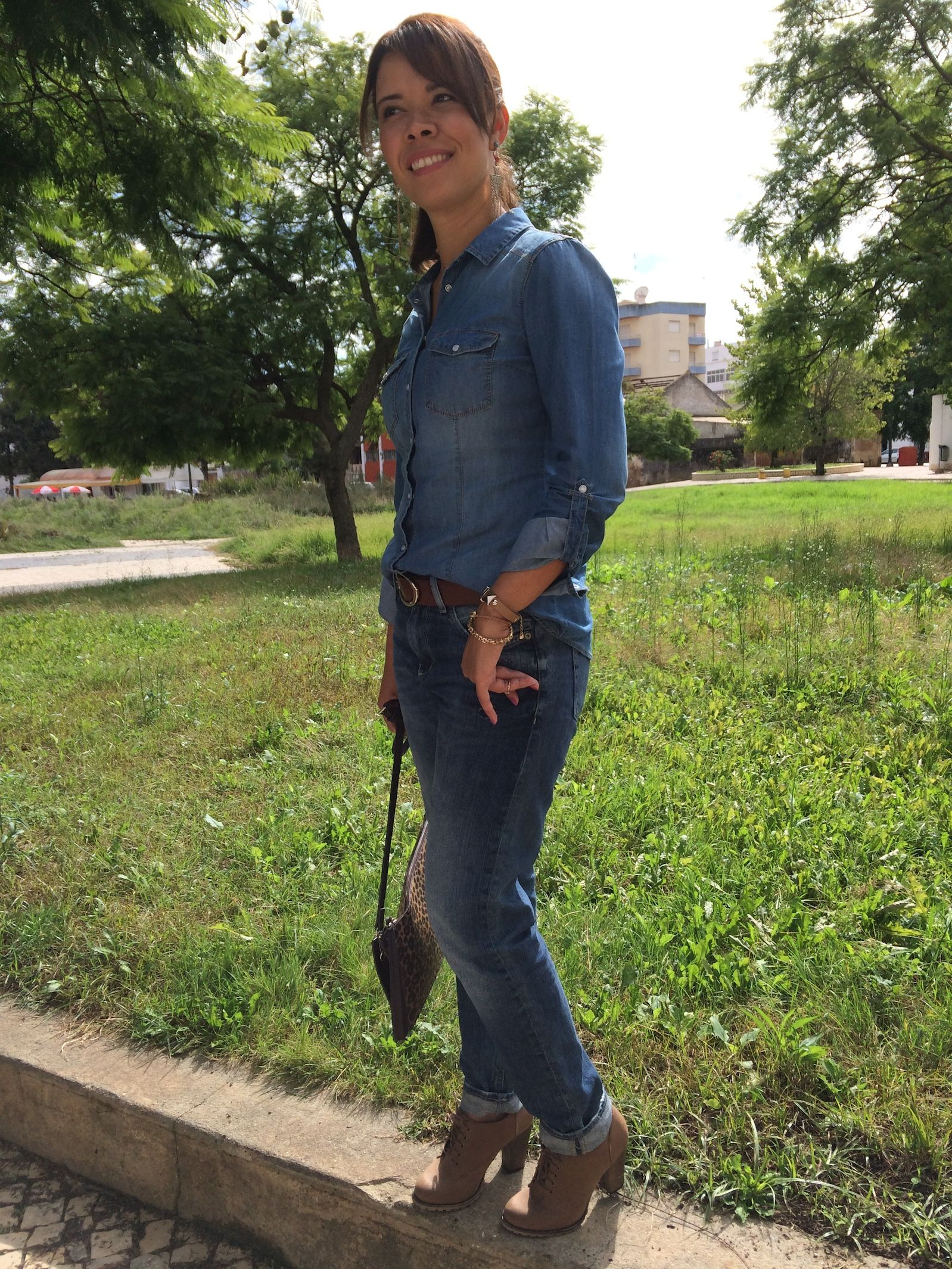 Boyfriend jeans with denim shirt and animal print bag