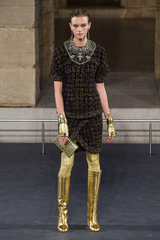 Смотреть Новая коллекция Chanel Couture осень-зима 2019-2020 в Париже видео