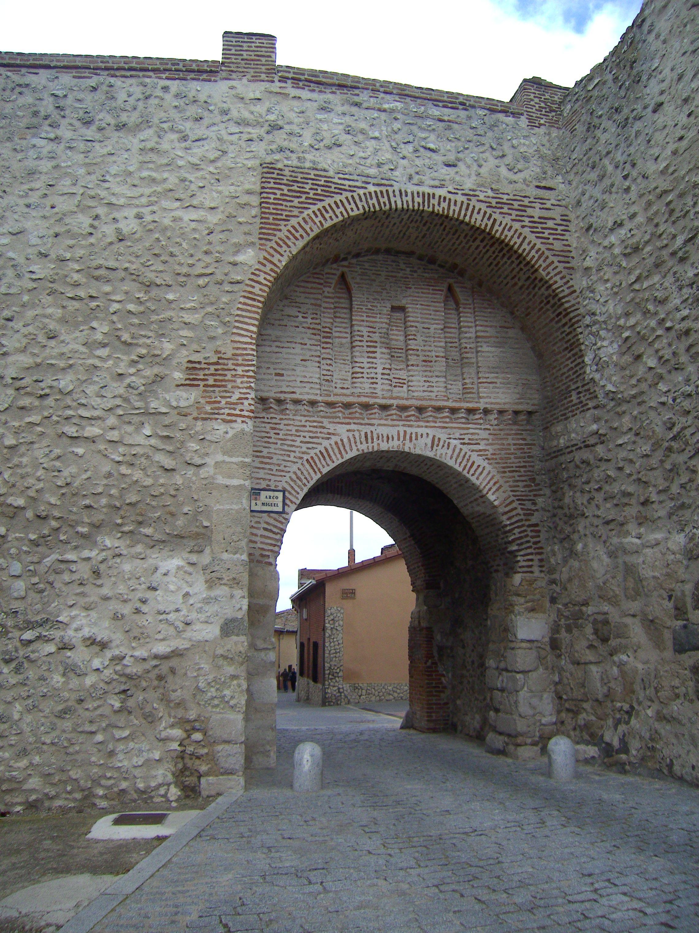 Olmedo, Valladolid. Arco de San Miguel. Olmedo era