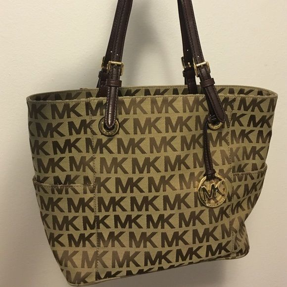 Michael Kors Medium Jet Set Tote Great condition! Love this tote for traveling. Michael Kors Bags Totes