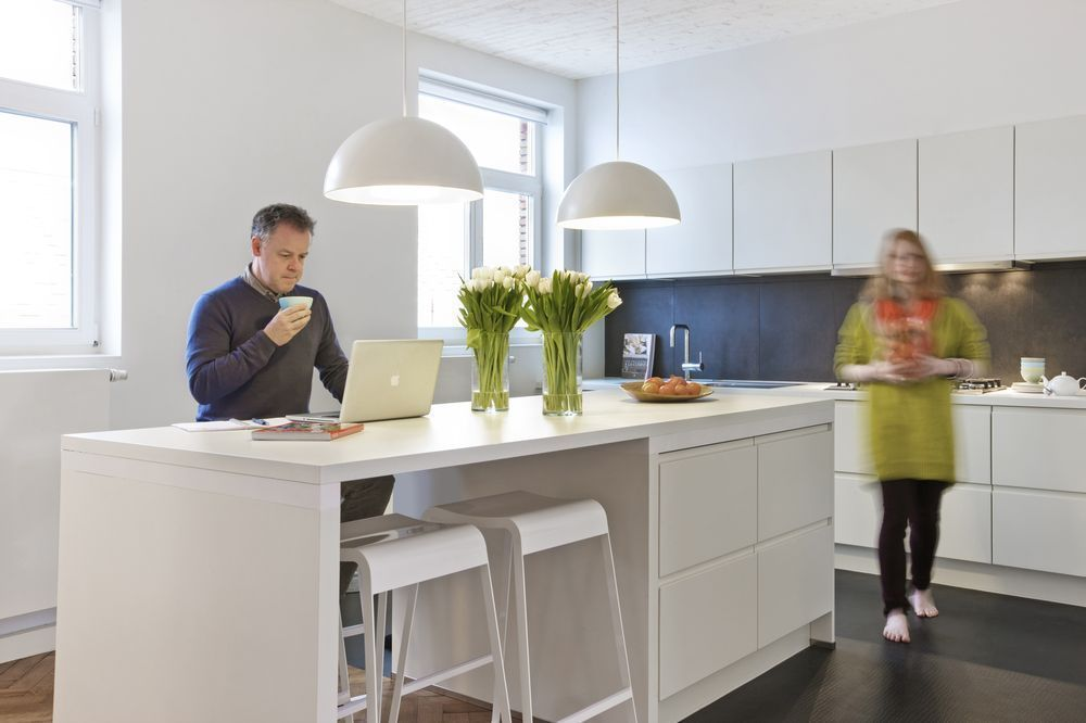 In beeld de transformatie van zes kleine kamertjes tot een ruim open appartement renovatie - Centrum eiland met bar ...