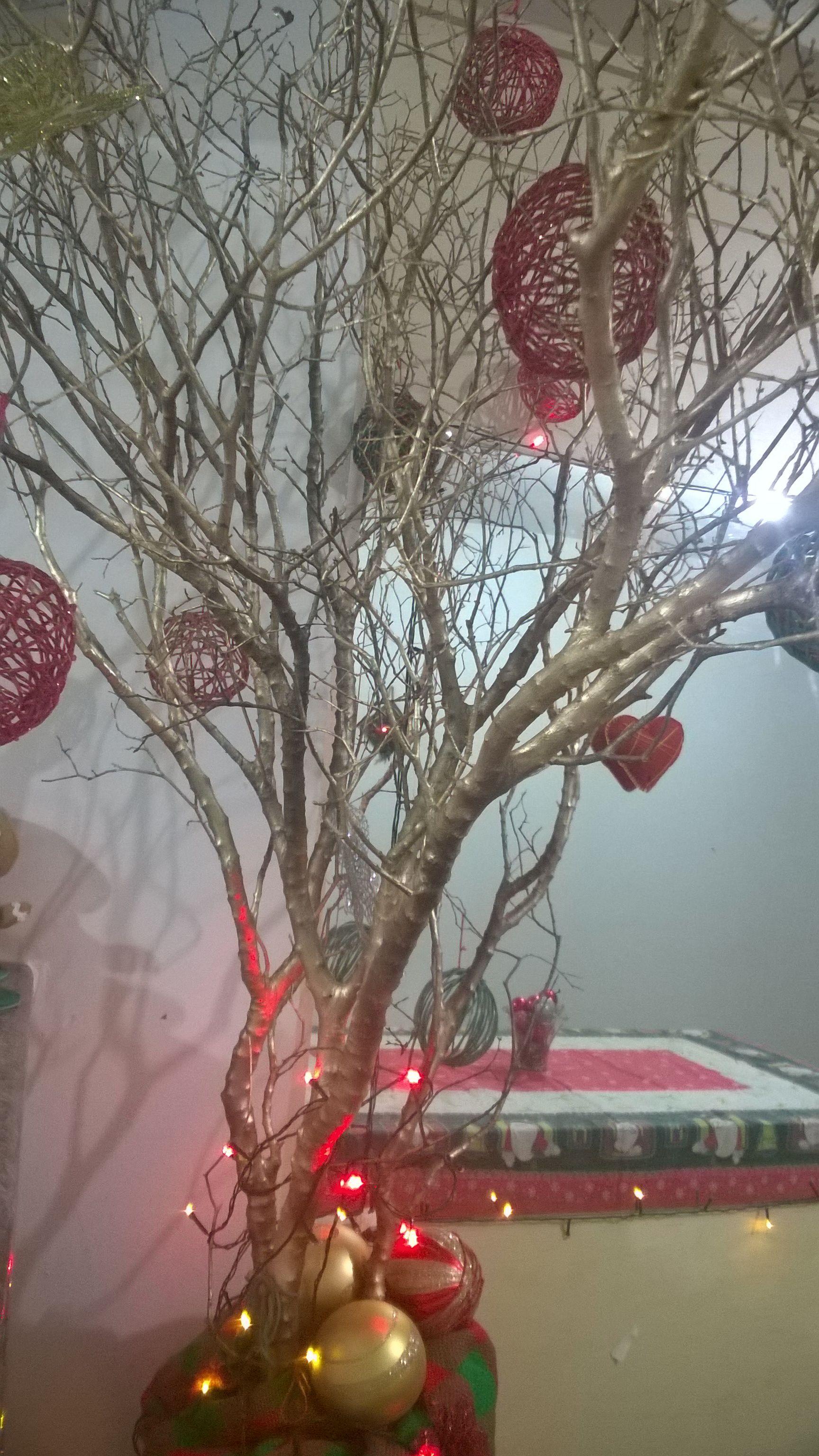 Arvore De Natal Feita Com Galhos Secos De Jabuticabeira E Bolas De