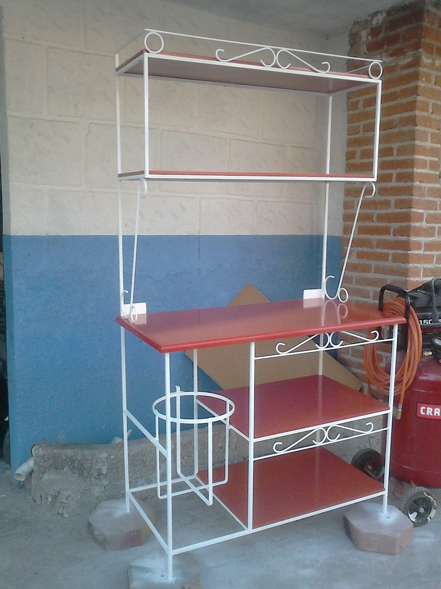 un estante para cocina con porta garrafon
