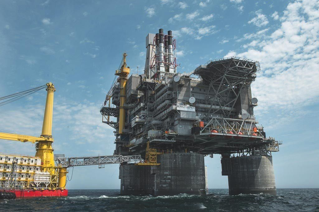 The Largest Oil Rig In The World The Pacific Berkut Its Weight Around 200k Ton And Cost 12 Billion This Platform Is Uniqu Oil Platform Oil Rig Oil And Gas
