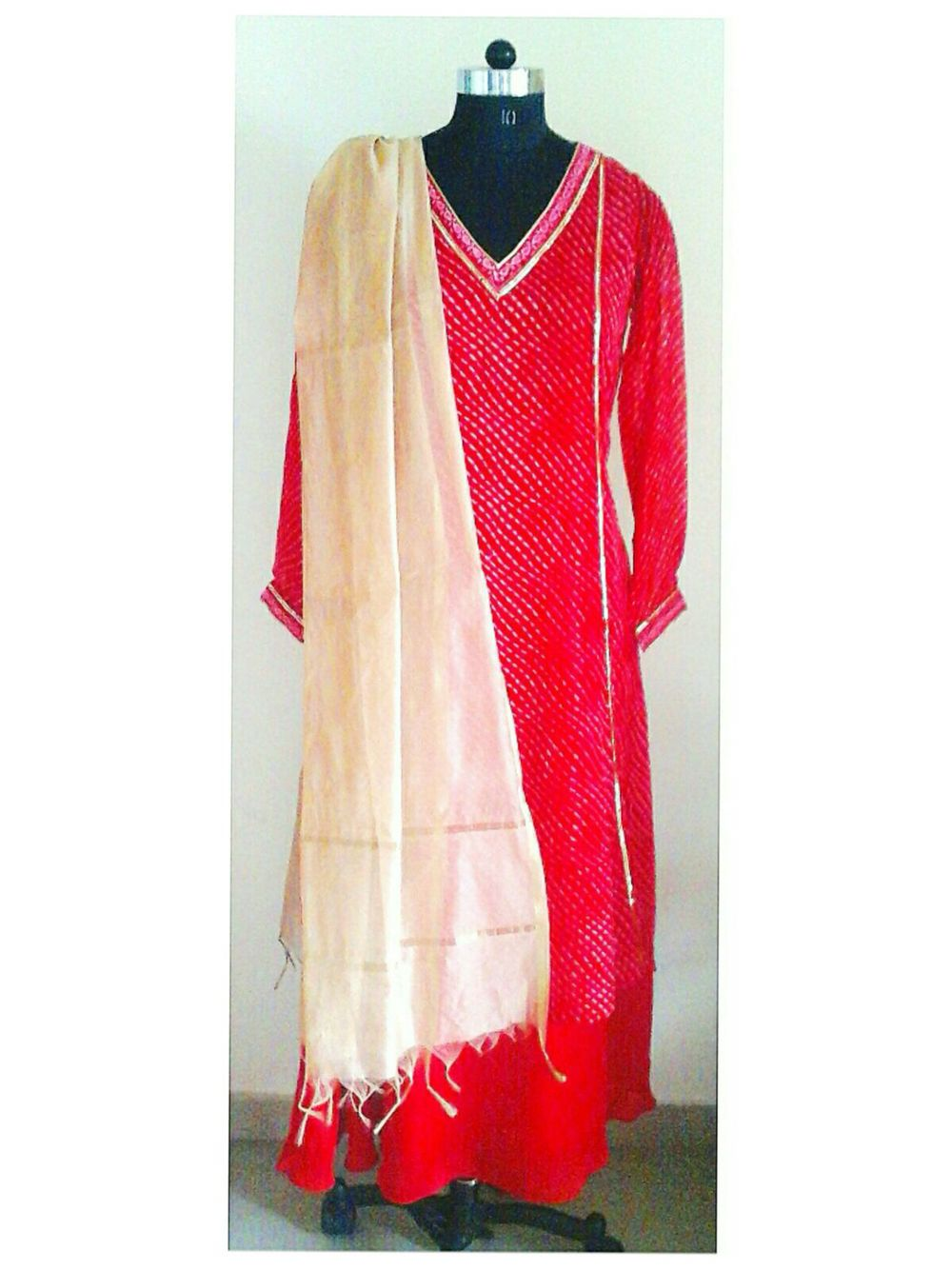 Red leheriya print georgette kurta. Tuned with red satin georgette skirt. Off-white south cotton silk dupatta.  Can be customized in any color. To book your order/any query, contact us: call/whatsapp on +91 9833617147.  Like us? Follow us! https://m.facebook.com/VastranDecorbySoumiyaKhanna  #Fashion #fashionista #fashionblogger #bollywoodfashion #indian #bollywood #stylediva #diva #pretty #boutique #designer #clothing #clothingline #clothingbrand #womenswear #womensbrand #womensfashion…
