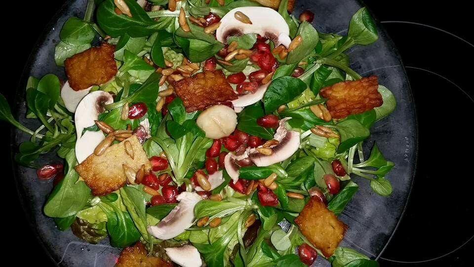Ensalada de canónigos con granada,tempeh,pipas y champiñones