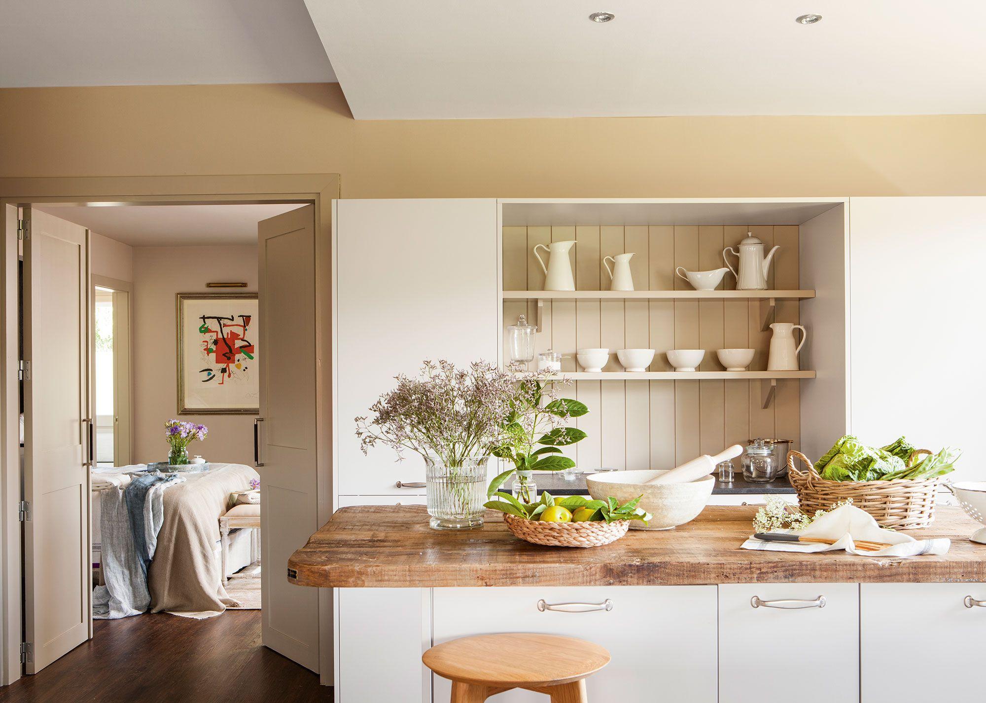 Cocina en blanco con encimera de madera y vistas al dormitorio ...