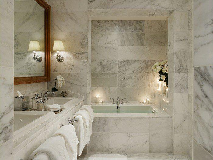 Idee deco salle de bain en marbre baignoire à encastrer double vasque porte