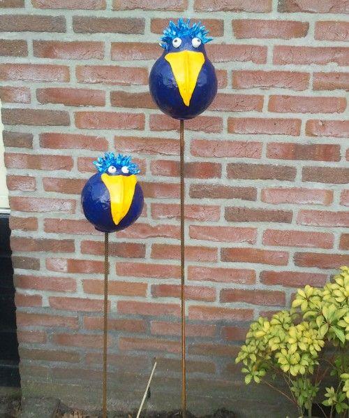 Het zijn vogels gemaakt van styropor ballen bekleed met zelfhardende klei. Door Karinkuipers