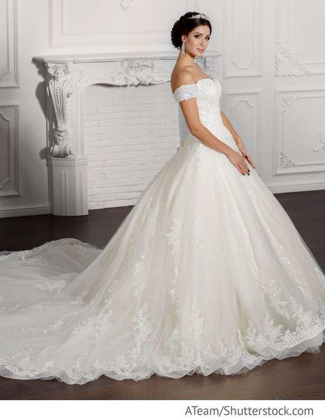 Braut im weißen Kleid aus Spitze mit langer Schleppe für Hochzeit ...