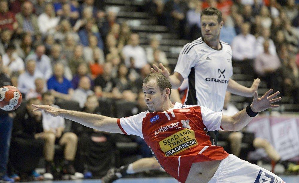5c2b31ac4c7 Mads-Peter Holmgaard var med på podiet, da Aalborg Håndbold fejrede det  danske mesterskab efter finalesejren over Skjern, men nu har han må…