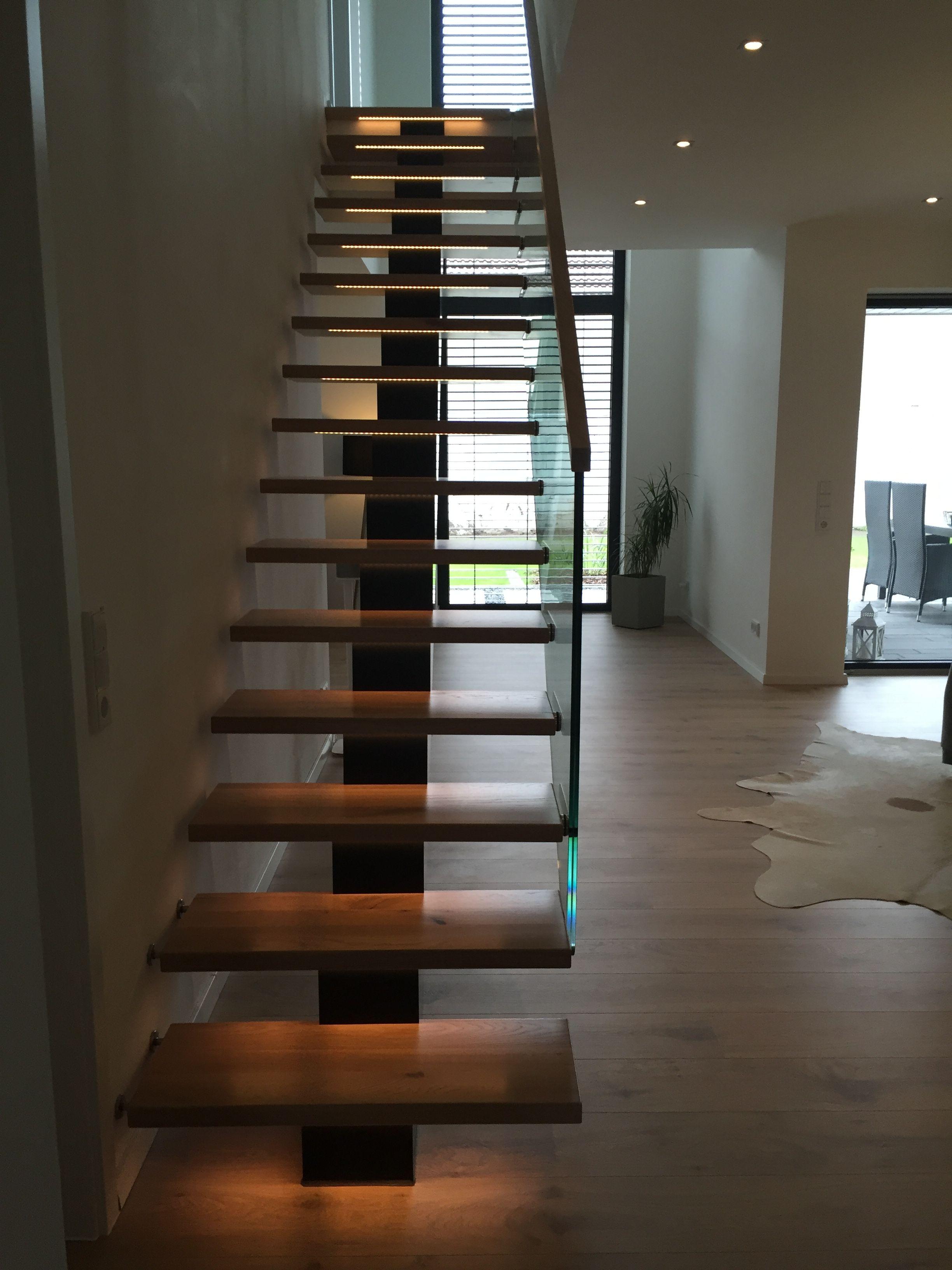 Mittelholmtreppe Mit Glasgelander Und Led Beleuchtung Gelander Treppe Treppe Innentreppen