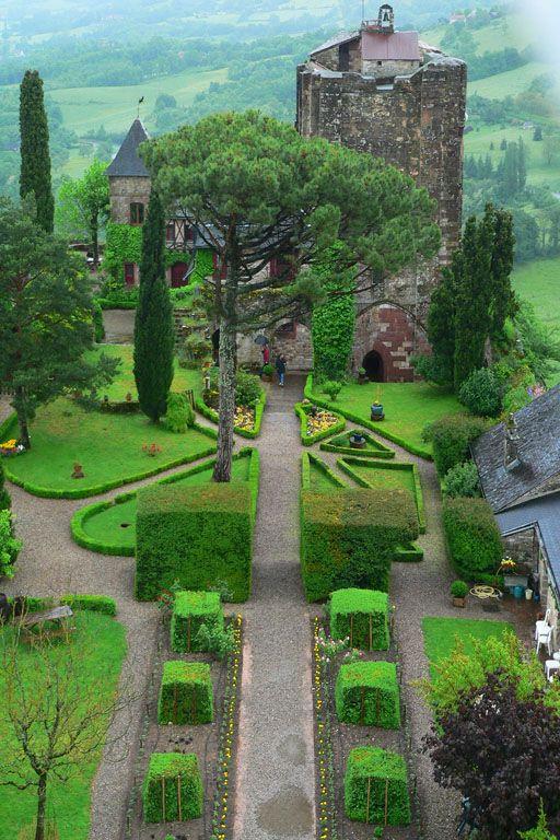 Château médiéval dans la ville de Turenne par un jour de