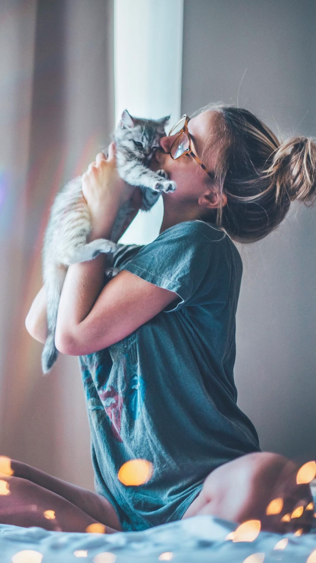 chica posando con su gato