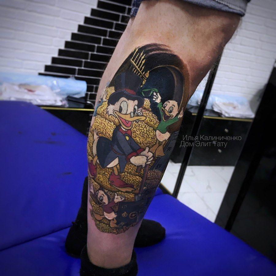 фото мужской цветной татуировки на ноге по мотивам мультфильма