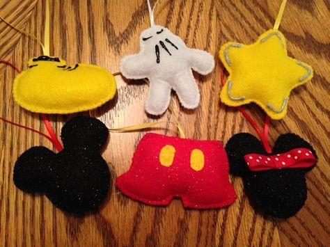 Añadir a Disney un poco a su árbol de Navidad este año con estos adorables adornos de Navidad. Se hacen de fieltro o fieltro de brillo que son cosida con hilo de bordado a mano. Colgarlos en el árbol de la percha hecha a mano de la cinta o adjuntarlos como decoración en un regalo.    Ideal para utilizar alrededor de animales domésticos o los niños como ellos no se rompen si golpea, caído o su mascota noquea a su árbol.    Estos no son como juguetes para niños o animales domésticos que…