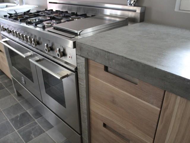 Witte keuken met betonnen aanrechtblad, wel wat donker beton. Foto ...