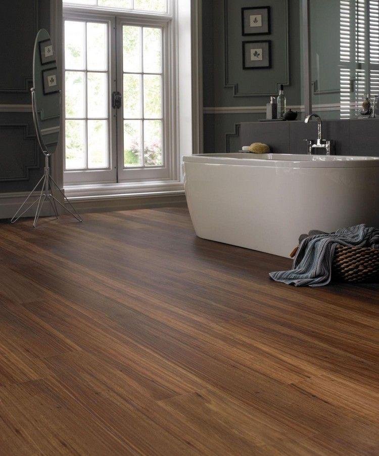 parquet salle de bain, baignoire îlot, moulures en bois gris