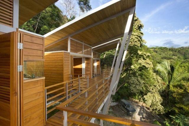 Pultdach Holz aus Haus-im Wald-steile hanglage-Balkon