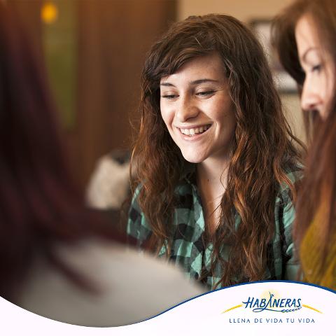 ¡A reír se ha dicho! Estudios recientes descubrieron que la risa ayuda a liberar la tensión presentada en la columna vertebral y las cervicales, provocada por el estrés. Reúnete con tus amigas y recuerden anécdotas o sus looks de hace años, seguro soltarán más de una carcajada.