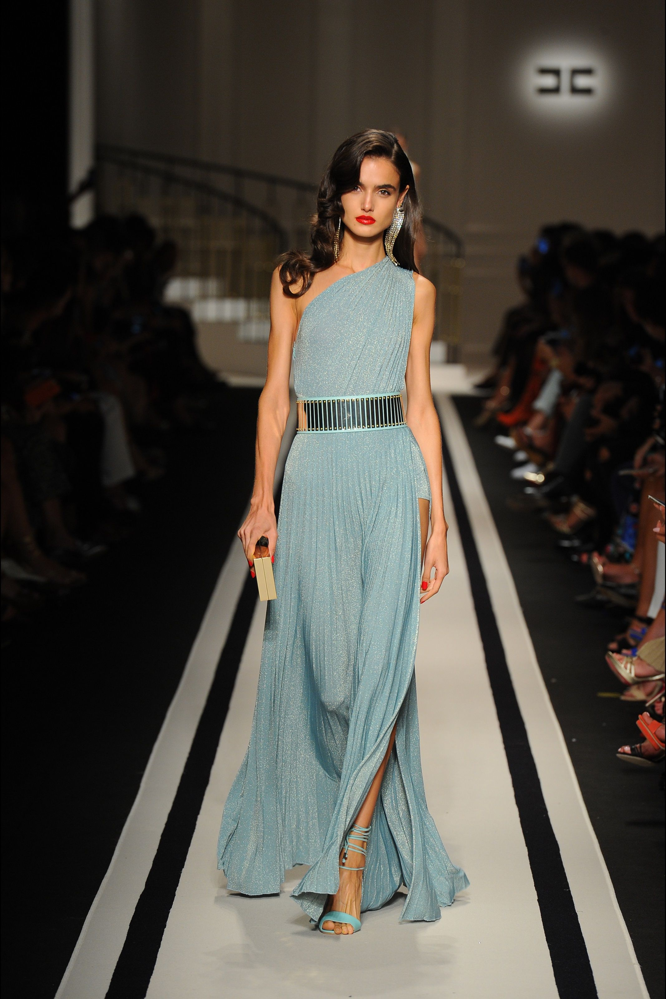 Guarda la sfilata di moda Elisabetta Franchi a Milano e scopri la  collezione di abiti e accessori per la stagione Collezioni Primavera Estate  2017. d98d1b266bf