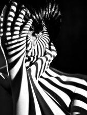 Kreatives Licht und Schatten Porträt in Schwarz Weiß