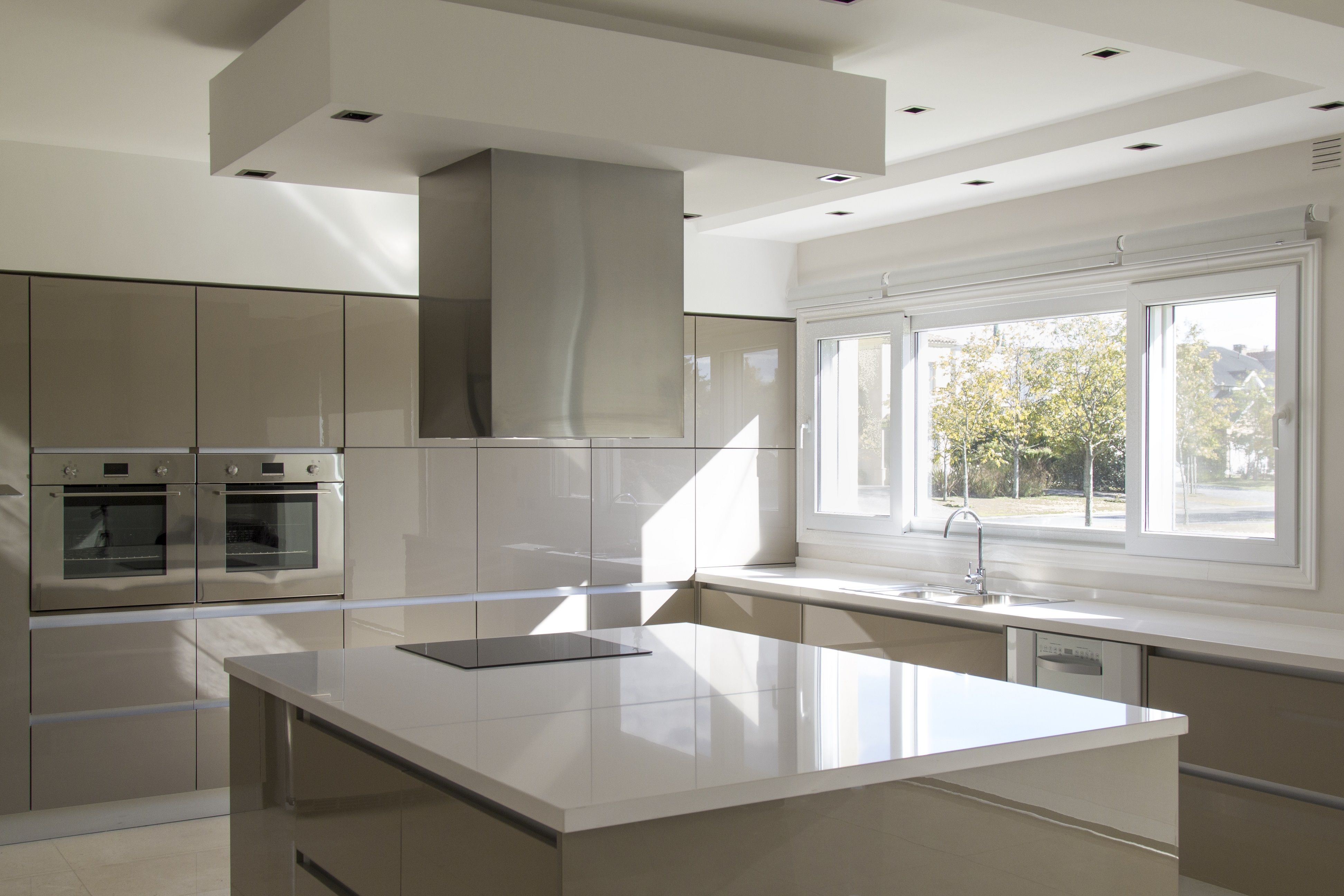 A Minimalist Kitchen That Will Last A Lifetime Mirror Reflective Quality And Uv Resistance Set Rauvisio High Glo Minimalist Kitchen High Gloss Kitchen Kitchen
