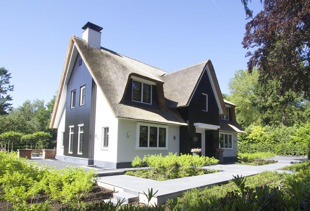 Witte rietgedekte villa met natuursteen trasraam houten for Huizen ideeen