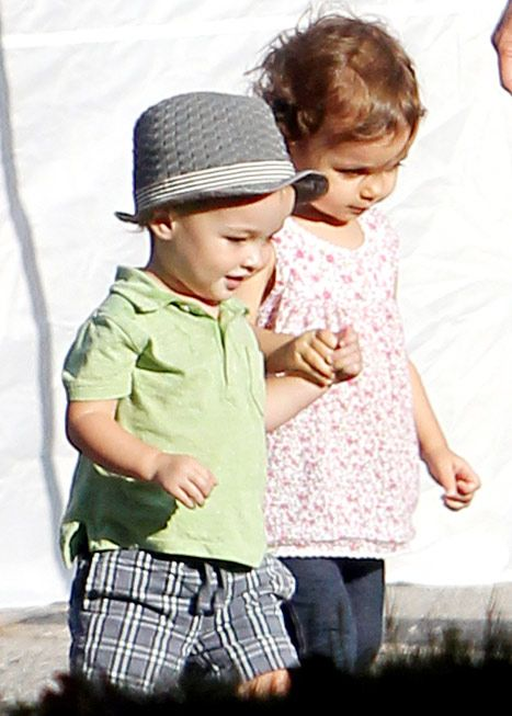 Vince Vaughn Son >> Aww Owen Wilson S Son Vince Vaughn S Daughter Hold Hands