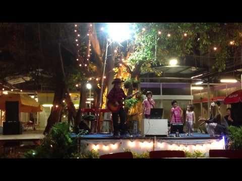 Johanna Mäkelä 7 years, performing I'm Yours, at Sripaisit Night Bazaar, Udomsuk, Bangkok, Thailand.  - YouTube
