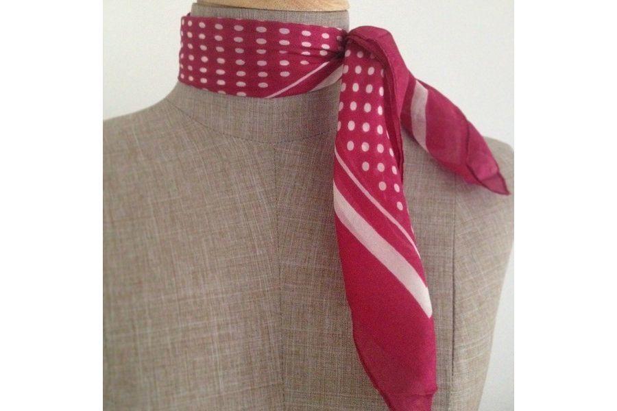 Joli petit foulard femme rose fushia, un foulard carré de fille pas cher,  ultra doux, un foulard en soie rose féminin et chic à la mode. 6457211bb40
