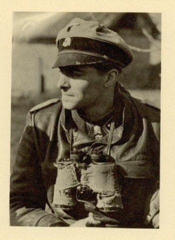 صلیب  شوالیه با برگ بلوط و شمشیر -سرهنگ دوم یواخیم پایپر در طول جنگ های اخیر در اتریش، در آوریل 1945.