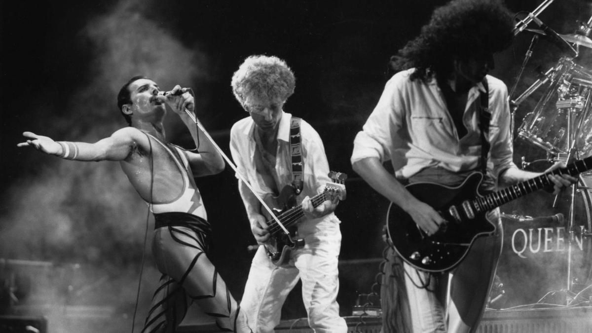 Why Queen Performing At Live Aid Is The Greatest Show You Will Ever See Queen Brian May Freddie Mercury Led Zeppelin