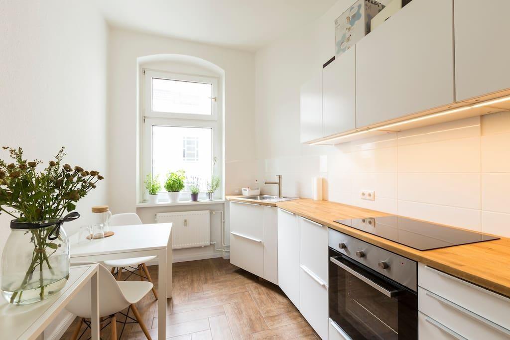 helle wei e k che in saniertem berliner altbau. Black Bedroom Furniture Sets. Home Design Ideas
