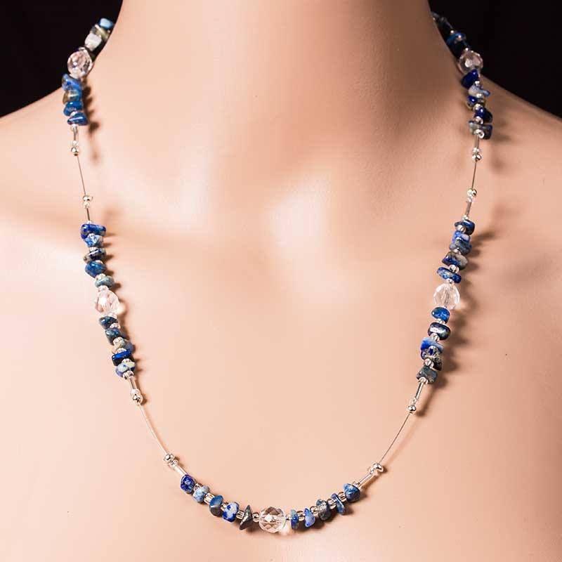Elegante, geschmackvolle Halskette aus echtem Lapislazuli, tschechischen Glasperlen und silbernen Zwischenperlen. Egal, ob zu Jeans oder Abendkleid – ein echter Hingucker.  Handgefädelt auf hochwertigem Juwelierdraht, ein echtes Unikat!  Kette ca. 53 cm lang, mit Karabinerverschluß, Legierung, silberfarben  #Lapislazuli