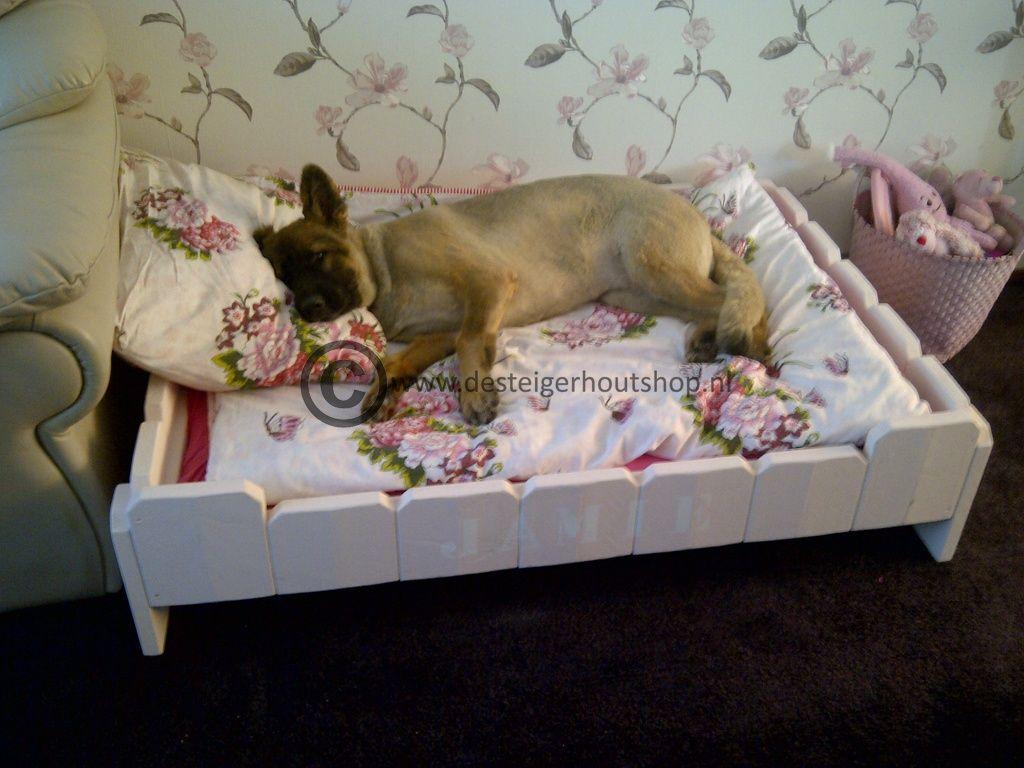 Steigerhout hondenmand op poten, in roze krijtverf.