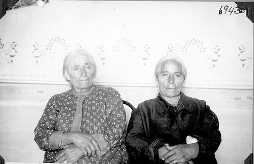 Two women | por The Field Museum Library