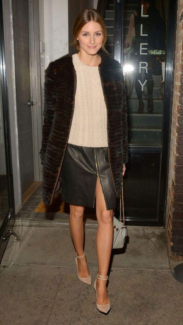 Olivia Palermo em street style usando saia de couro