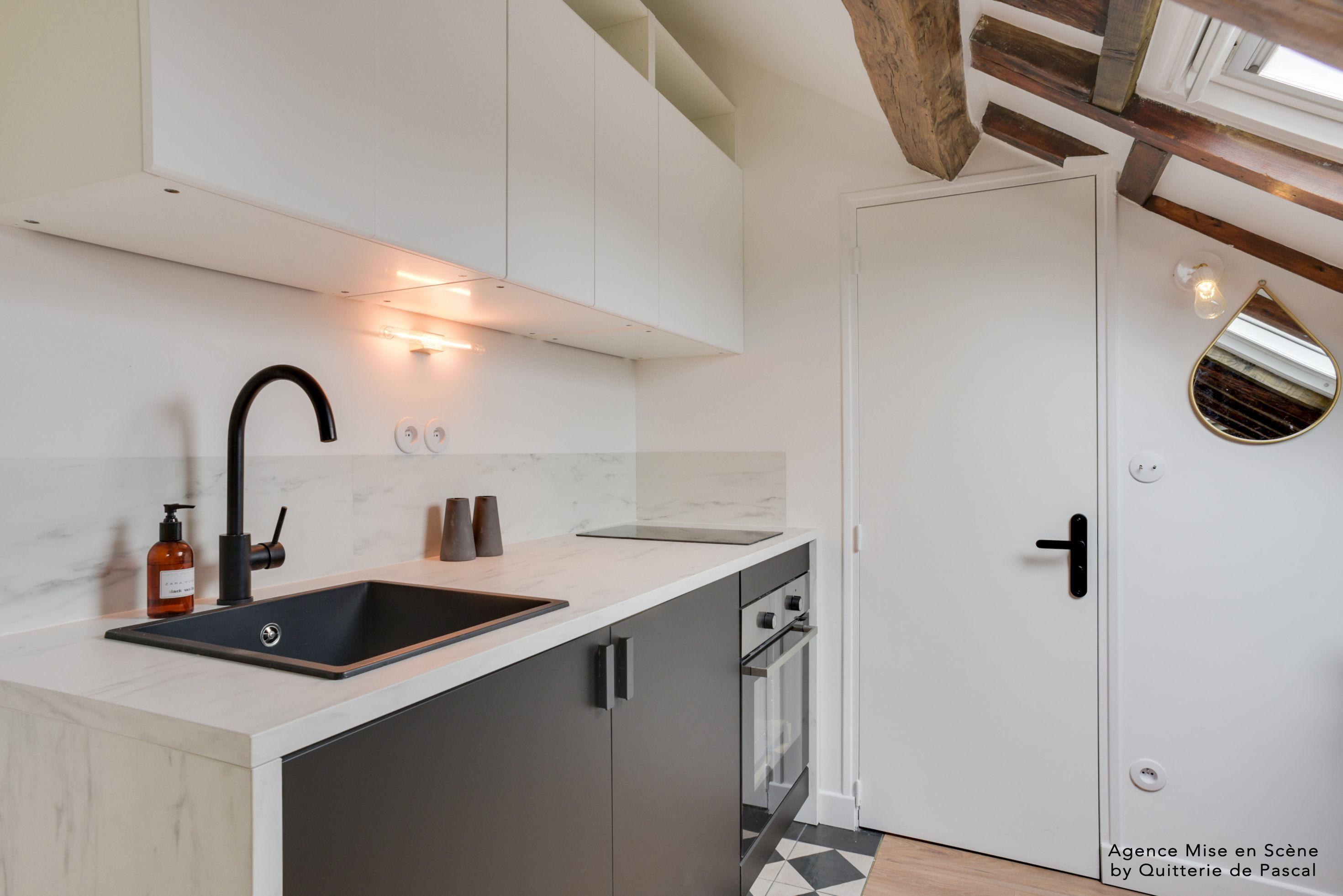 Un Studio Sous Les Combles Renoves Entierement Pour Creer Un Vrai Cocon Cuisine Ikea P Comment Amenager Un Studio Amenagement Studio Minuscules Appartements