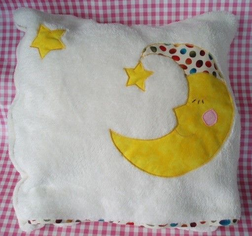 Una manta especial, para el bebé, para el coche, para ponerse en el sofá, ... hecha de manera artesanal y cuando se guarda se hace un cojín.