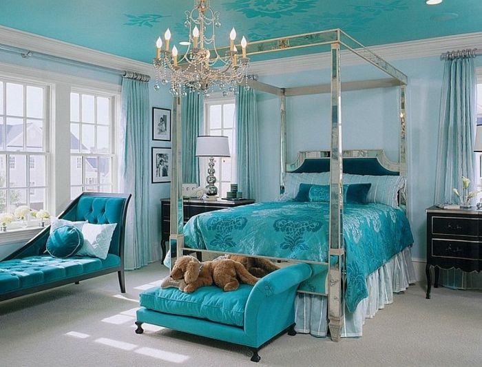 Chambre Bleu Canard Avec Un Lit Argenté Et Lustre | Déco Chambre