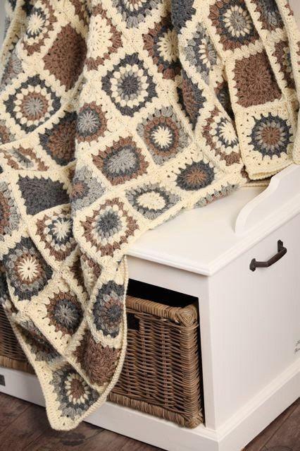 Manta a crochet, con grannies en colores neutros.